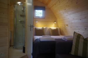 thumb hare bedroom and bathroom - Glamping North East